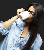 Woman drinking coffee — Zdjęcie stockowe