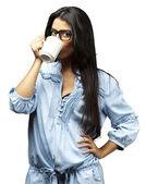 Bere caffè donna — Foto Stock