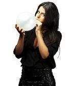 женщина дует воздушный шар — Стоковое фото