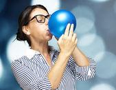 女性吹いてバルーン — ストック写真