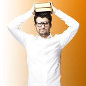 Jonge man met boeken — Stockfoto