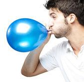 человек дует воздушный шар — Стоковое фото