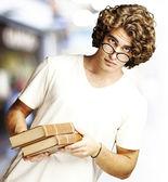 Człowiek gospodarstwa książki — Zdjęcie stockowe