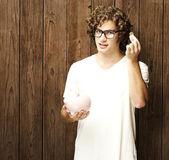 Mann mit sparschwein — Stockfoto