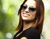 若い女性の笑みを浮かべて — ストック写真