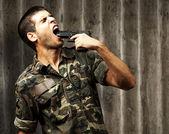 Joven soldado cometer suicidio — Foto de Stock