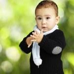 doğa arka planı alkışlar sevimli çocuk portresi — Stok fotoğraf