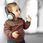 müzik Hint dinlerken kulaklık ile sevimli çocuk portresi — Stok fotoğraf #10181078
