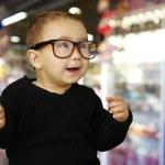 dükkanında vintage gözlüklü şirin çocuk portresi — Stok fotoğraf #10181408