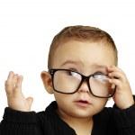 Retrato de niño serio con gafas y haciendo un gesto — Foto de Stock
