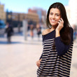 Young girl talking on mobile at big city — Stock Photo