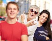 Jóvenes amigos con abuela divirtiéndose en la calle — Foto de Stock