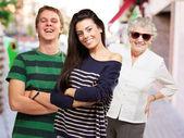 Giovani amici con nonna sorridendo alla strada — Foto Stock