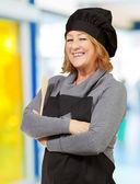 Ritratto di donna cucinare indossando grembiule indoor — Foto Stock