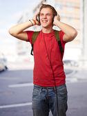 Neşeli genç öğrenci headphon ile müzik dinleme portresi — Stok fotoğraf