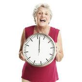 Starší žena s hodinami — Stock fotografie