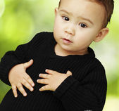 Portrait of adorable kid touching his stomach at park — Stock fotografie