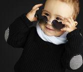 Retrato do garoto engraçado coração de óculos contra um preto b — Fotografia Stock