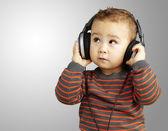 Gr の上探している音楽を聴いてハンサムな子供の肖像画 — ストック写真