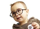 Retrato de doce garoto vestindo óculos redondos sobre background branco — Foto Stock