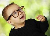 Portret van schattige jongen vintage bril tegen een natur — Stockfoto