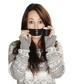 Portret van bang meisje monddood gemaakt door haarzelf over witte bac — Stockfoto