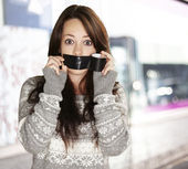 Portrait of scared girl being silenced by herself at street — 图库照片