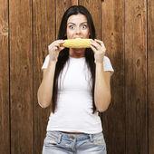 Woman eating a corncob — 图库照片