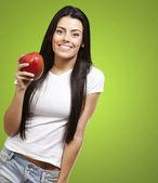 Frau hält eine mango — Stockfoto