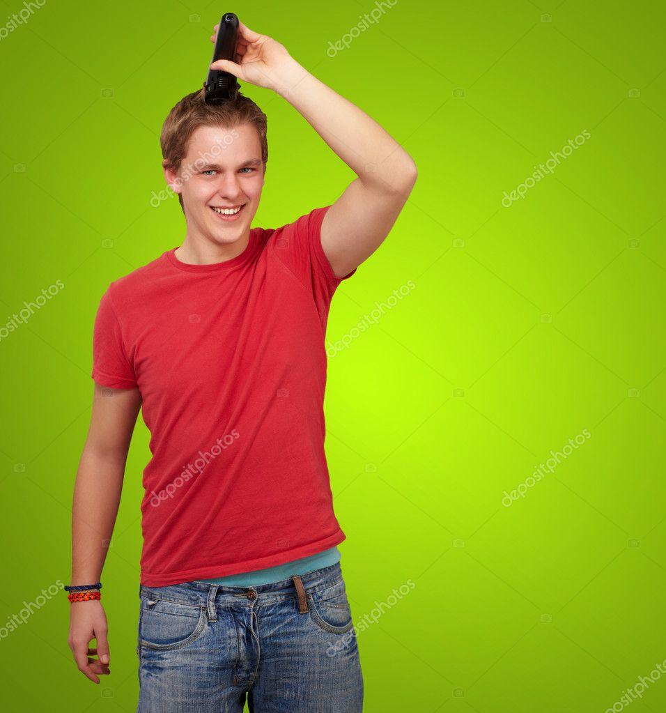 portrait de jeune homme coupe ses cheveux sur fond vert photo 10180717. Black Bedroom Furniture Sets. Home Design Ideas