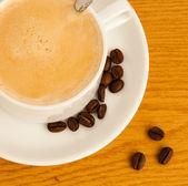 Kahve çekirdekleri ve kupası — Stok fotoğraf