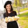 Retrato de mujer edad media sosteniendo un deliciosos muffins a la par — Foto de Stock