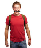 白い背景の上にペンをかむ怒っている若い男の肖像 — ストック写真