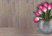 Rosa ramos de tulipa e salgueiro na textura de madeira — Foto Stock