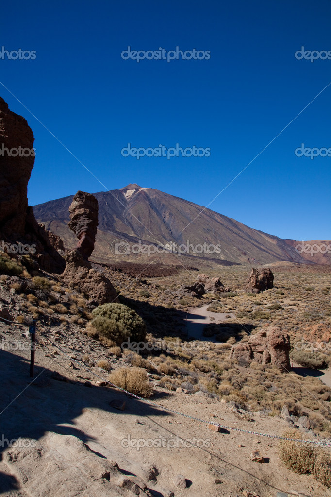 Summit of Mt Teide viewed from the south with rocky outcrops in the foerground — Zdjęcie stockowe #9790818