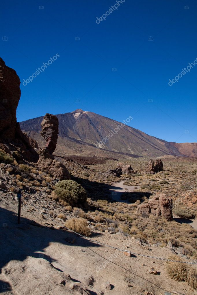 Summit of Mt Teide viewed from the south with rocky outcrops in the foerground — Stok fotoğraf #9790818
