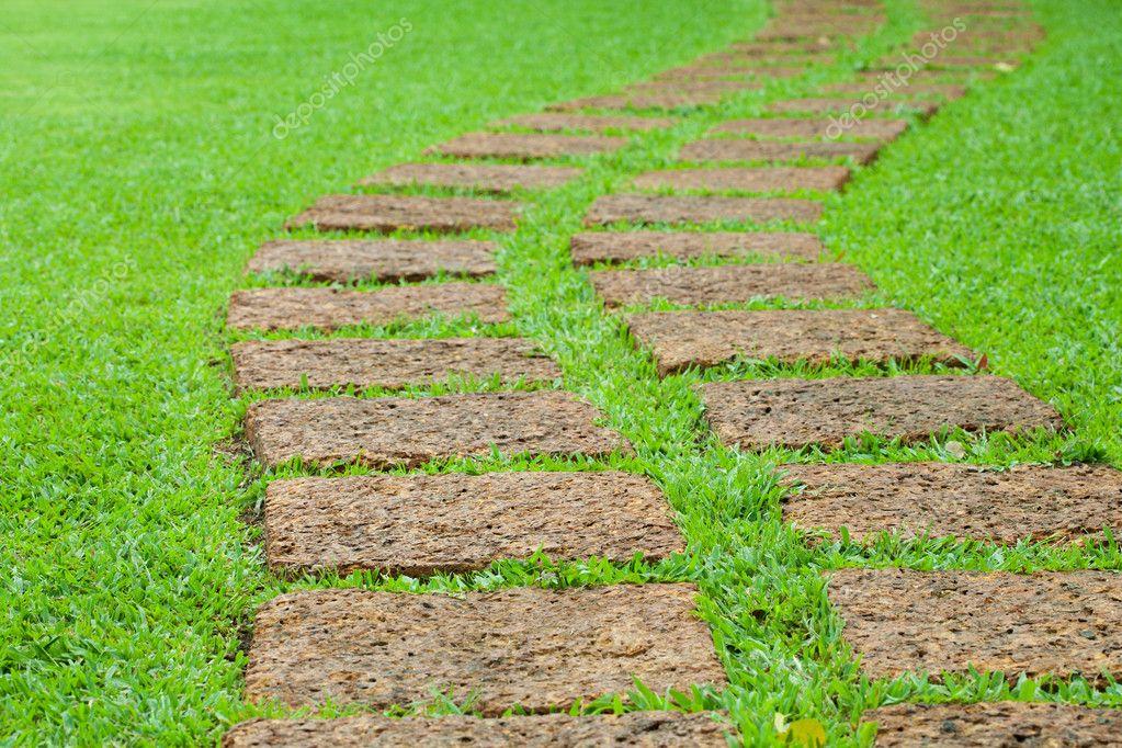 pedra jardim caminho:Baixar – Caminho de pedra de jardim com grama — Imagem de Stock