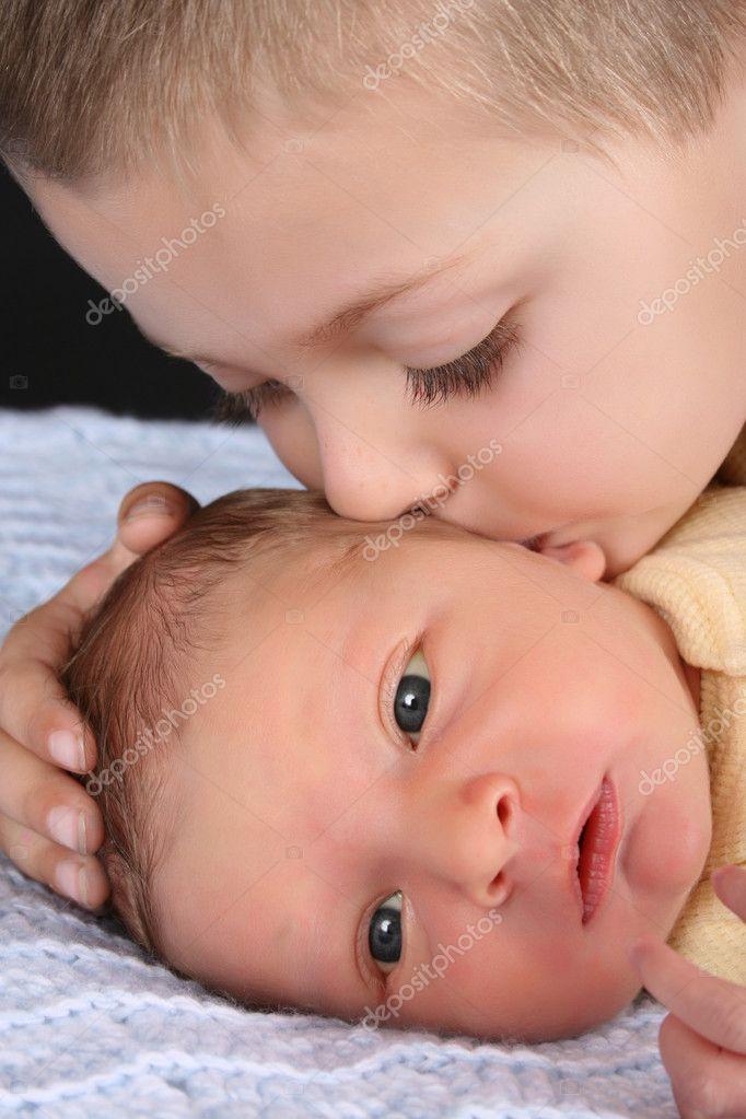 金发男孩与他的初生婴儿兄弟