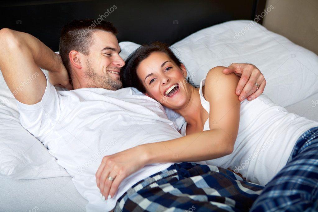 molodaya-parochka-v-posteli