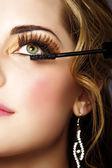 Femme avec longs cils et le mascara — Photo