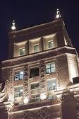 Fragmento de edificio de oficinas en la noche — Foto de Stock