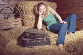 Saman bagaj yakınındaki kız — Stok fotoğraf