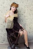 Une fille assise sur une chaise dans l'actrice de cabaret image — Photo