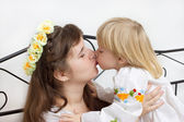 Kiss of the mother and daughter dressed in Ukrainian — Stock Photo