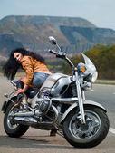 Dívka u kola — Stock fotografie