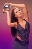 La ragazza con la palla nelle sue mani — Foto Stock
