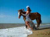 Chica y caballo en la playa — Foto de Stock
