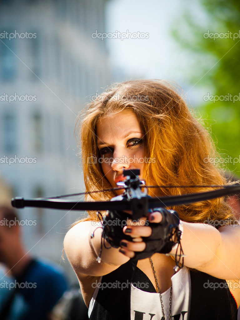 The girl on the street with a crossbow — Stock Photo #10629028