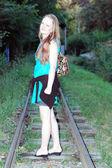 Garota na ferrovia — Foto Stock