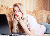 Girl using laptop on couch — Foto de Stock